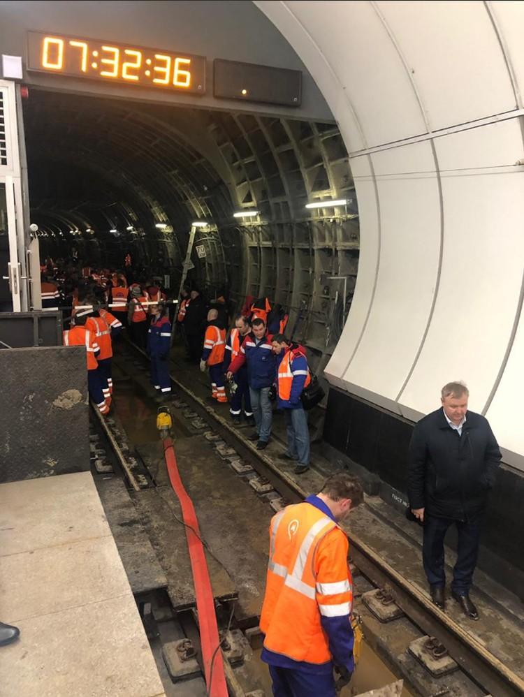 На месте происшествия работают службы метро, Мосинжпроекта и Мосметростроя. Фото: @MetroOperativno