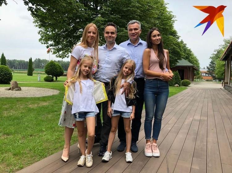 Слева направо: с невесткой, сыном, дочкой и внучками. Фото: личный архив.