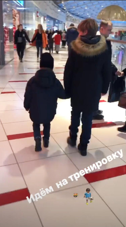 Андрей показал в Инстаграме, как он с сыновьями идет на тренировку.