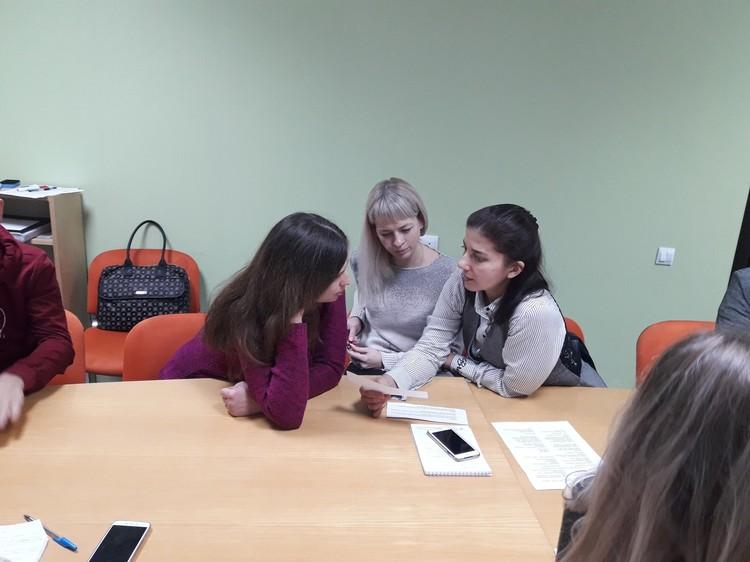 Участники обсуждают этичное и неэтичное поведение сотрудников сферы обслуживания