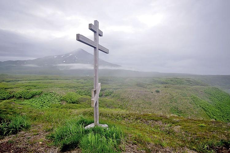 Этот крест установлен на курильском острове Матуа в 2009 году. Вскоре здесь была воздвигнута часовня в честь Георгия Победоносца.