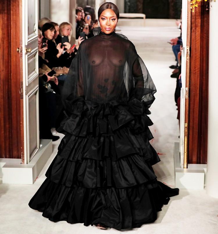 Модель прошла по подиуму в абсолютно прозрачном платье.