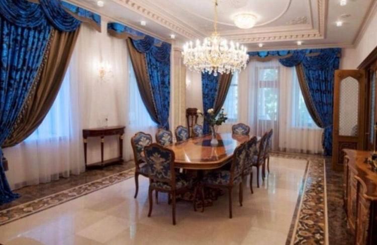 """Внутри дворца расположены парадная столовая, бильярдная и кабинет с отделкой из красного дерева. Фото: """"ЦИАН"""""""
