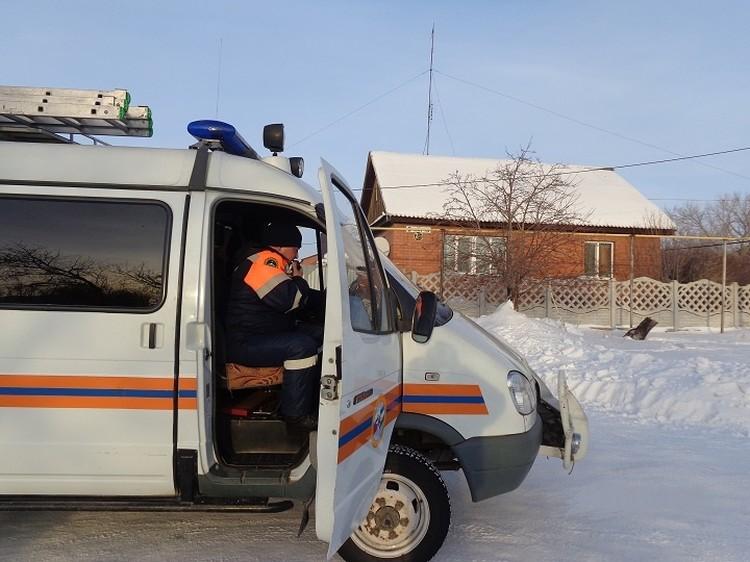 Спасатели и пожарные прошли по всем домам вблизи тлеющего карьера