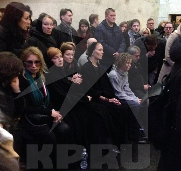 В ходе церемонии прощания с Децлом Толмацкий-старший сидел рядом с мальчиком