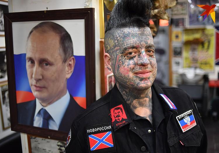 На колонне посредине салона иконостас - Владимир Путин, Иосиф Сталин, Николай II и Иван Грозный. Кумиры американского барбера