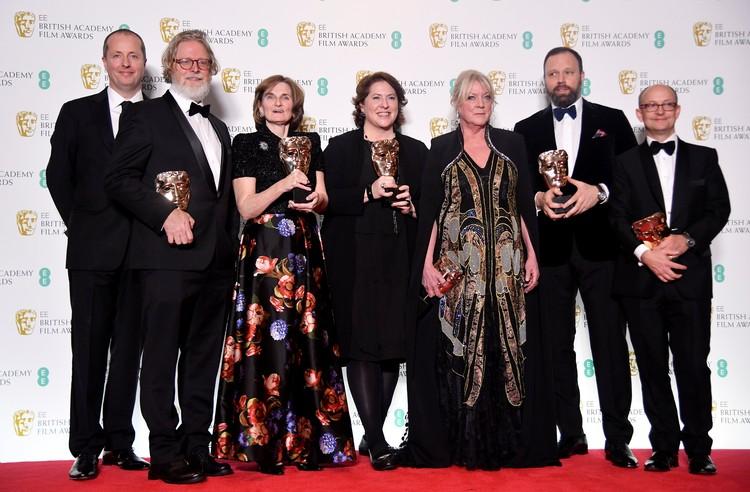 Эндрю Лоу, сценаристы Тони Макнамара и Дебора Дэвис, продюсеры Ли Магидей и Сеси Демпси, режиссер Йоргос Лантимос и продюсер Эд Гвини держат свои награды за фильм «Фаворитка» на церемонии премии BAFTA