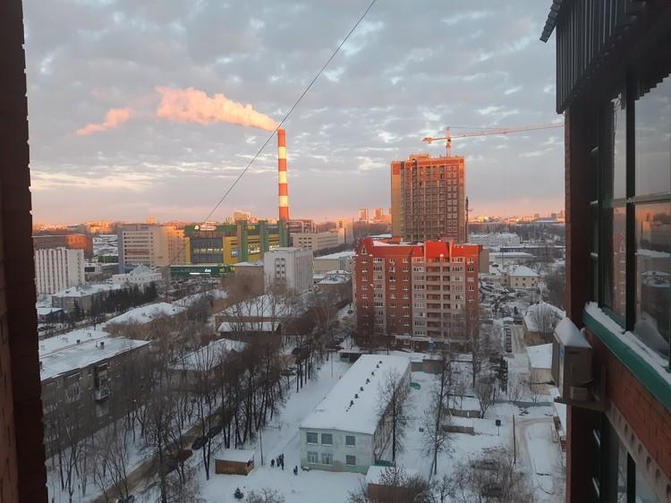 """Из подъездного окна открывается чудесный вид на здание, где располагается редакция уфимской """"Комсомолки"""""""