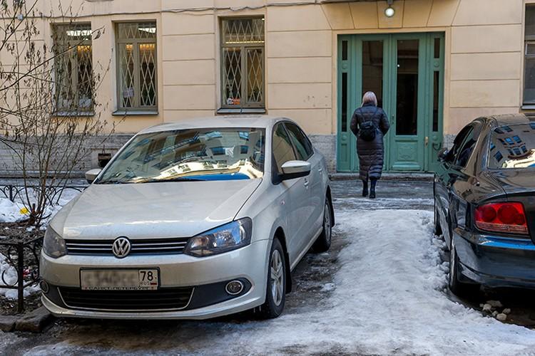 У дома Друзя в Петербурге дежурят журналисты. И даже в его старенький Фольксваген заглядывают.