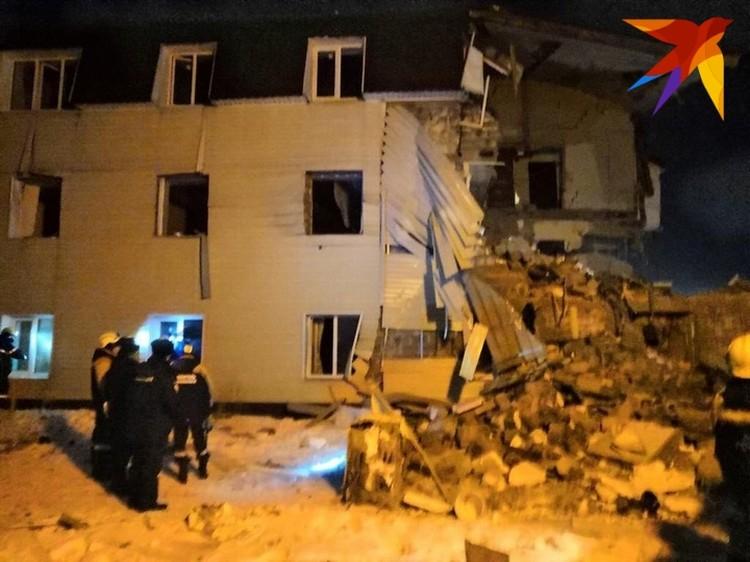 Часть дома стоит, но это лишь видимость, окна выдавило взрывной волной