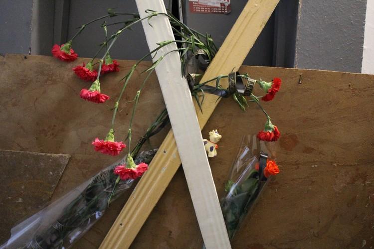 К лифту, где погибли люди, соболезнующие семье Симоновых принесли живые цветы.