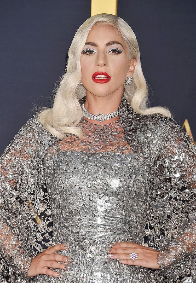 Раньше Гага всегда носила на безымянном пальце кольцо с розовым камнем, которое Кристиан подарил ей на помолвку.