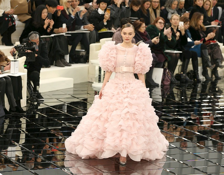 Лили-Роуз Депп на показе Chanel сезона весна/лето 2017.