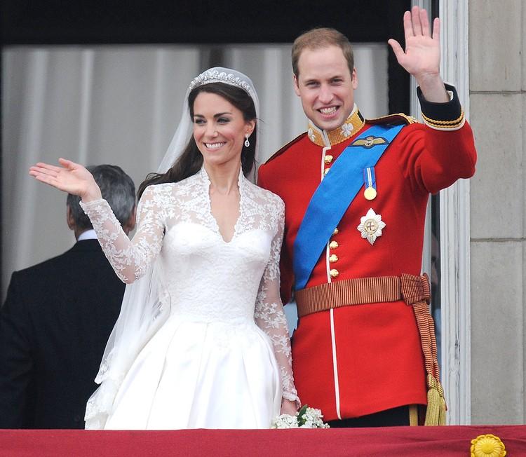 Молодожены принц Уильям и Кейт Миддлтон приветствуют собравшихся у Букингемского дворца, апрель 2011 года.