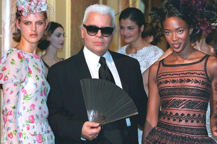 Карл Лагерфельд и модели Наоми Кэмпбелл и Стелла Теннант в 1997 году.