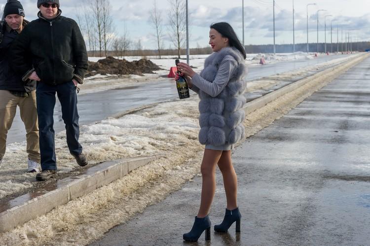 Подруга Дацика, Виктория, встречала его шампанским. Товарищи - фейерверком.