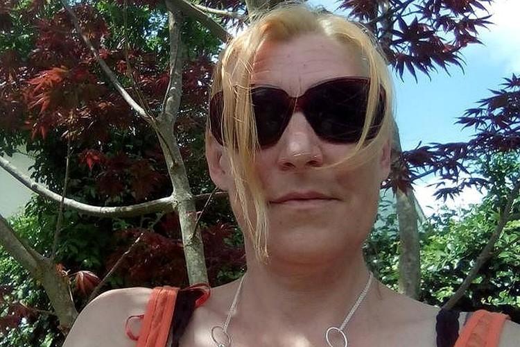 Дона Стёрджесс, гуляя по городку, нашла в лесопарке выброшенный кем-то флакончик духов с «ядом Скрипаля»