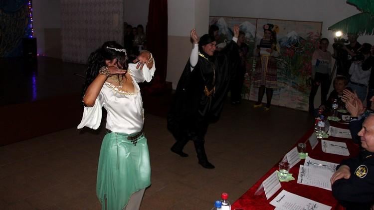 Танцы иногда перемещались в зал
