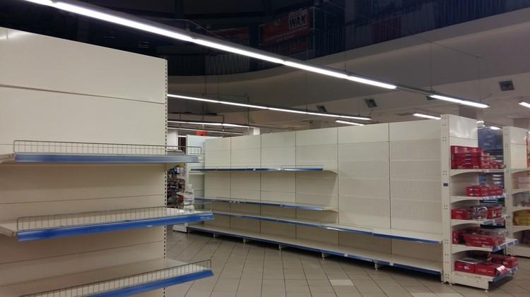 Полки магазинов первое время пустовали. Супермаркет в центре Симферополя, 2015 год.