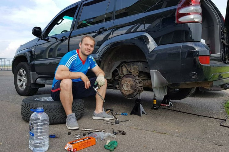 Любимое хобби Семена - автомобили. Фото: инстаграм Семена Павличенко.
