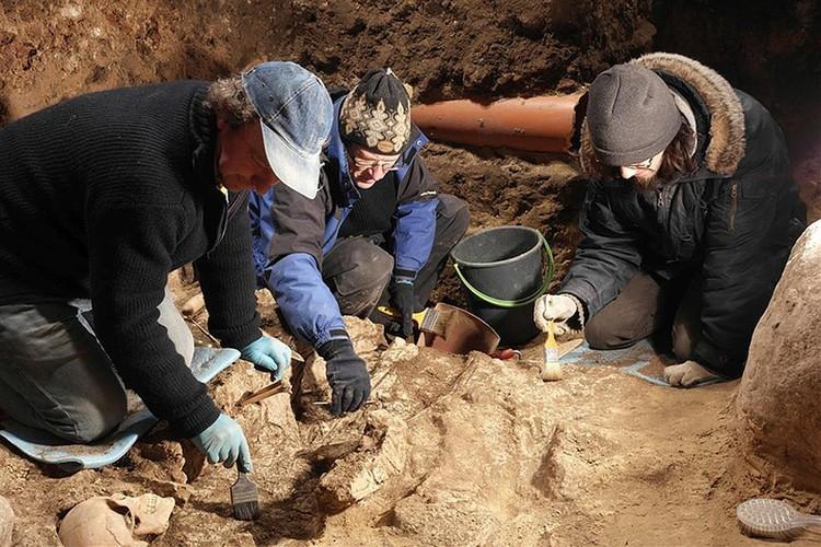 Так работали над каждым из захоронений литовские археологи. Фото: delfi.lt