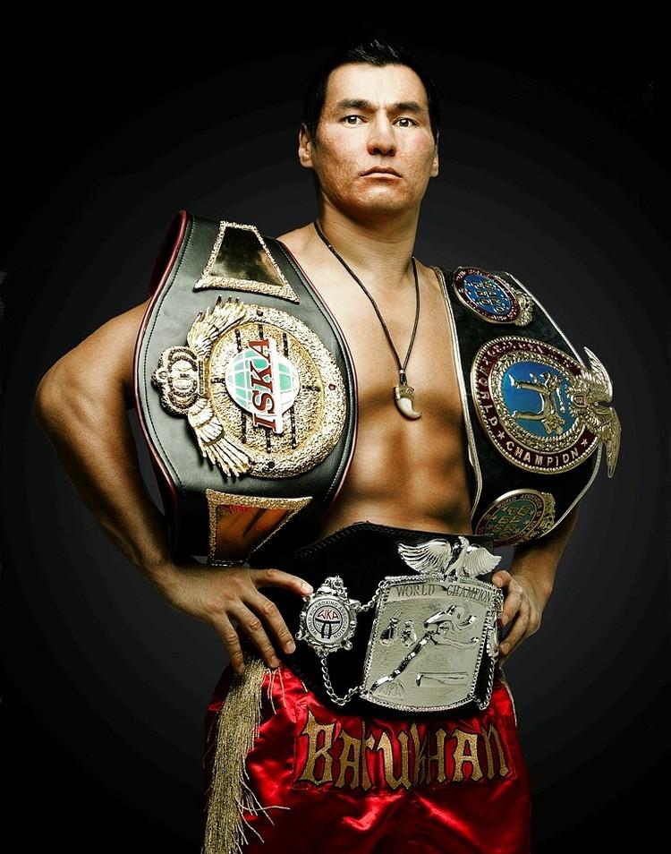 Он является многократным чемпионом мира по кикбоксингу. Фото: ВК, личная страница.