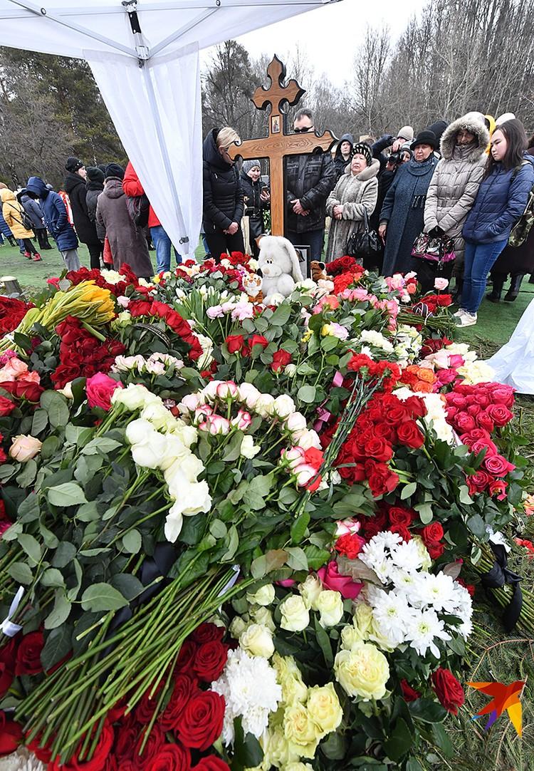Могилу Юлии Началовой усыпали цветами.