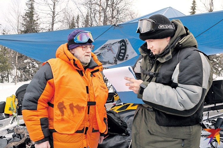 Гляциолог Виктор Поповнин (слева) отвечает на вопросы сотрудника Свердловской облпрокуратуры Андрея Курьякова.
