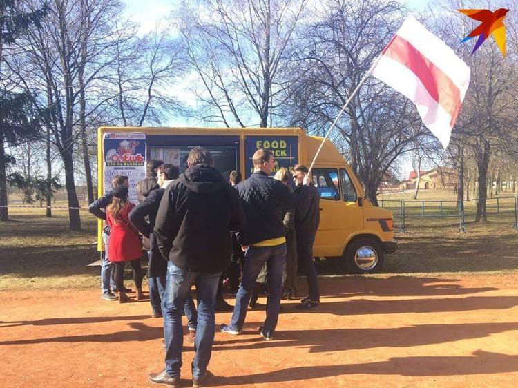 В очередь - с флагом. Фото: Ника КОВАЛЕВА