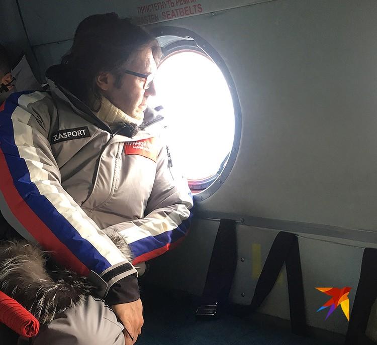 Телеведущий Андрей Малахов в вертолете по пути к перевалу.