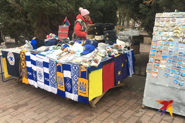 Уличная торговля сувенирами в Киеве. На выбор - футбольные шарфы, ушанки, флаги Украины и Европейского союза. Фото Анастасия МАТВЕЕВА
