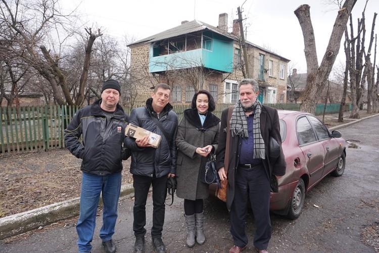 Слева направо: волонтеры - Эдуард и Андрей, я и наш гость - востоковед Михаил Рощин.