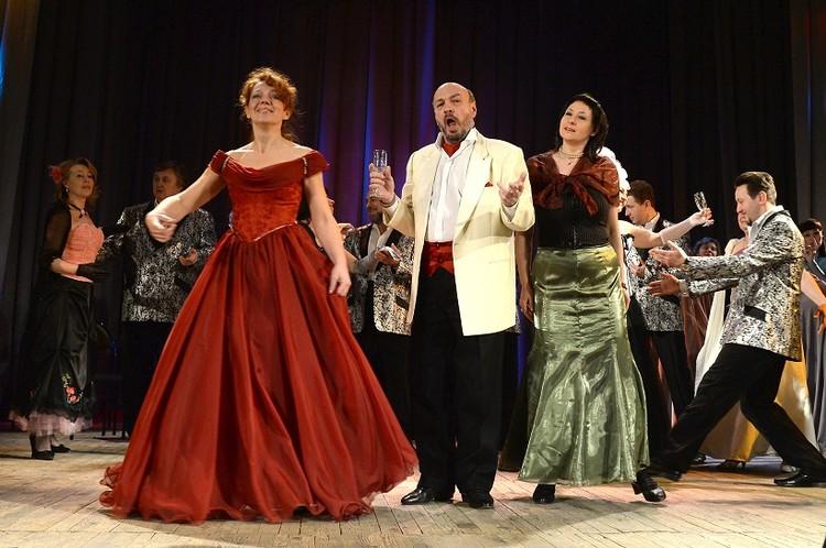 В музыкальном спектакле «Госпожа Оперетта» артисты показали не только вокальные, но и пластические способности. Фото: Надежда Пелымская.