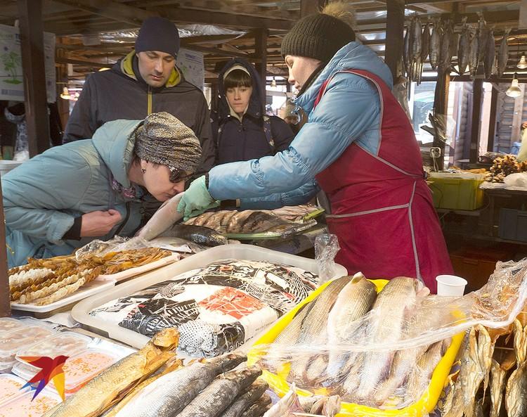 Торговля рыбой на рынке, заточенном под туристов.