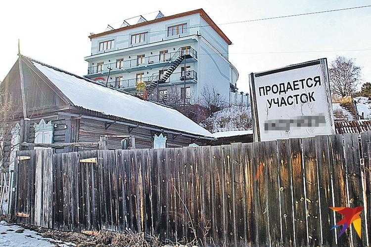 В Листвянке местные жители предпочитают не продавать свои участки иностранцам. Потому что вместо обычных домиков растут вот такие вот огромные отели.