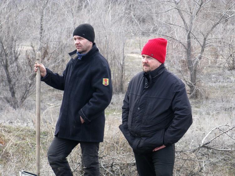 Продюсер картины Роман Высоцкий (в красной шапке) наблюдает за процеесом вместе с каскадером. Фото: Владислав РАХМАТУЛИН.