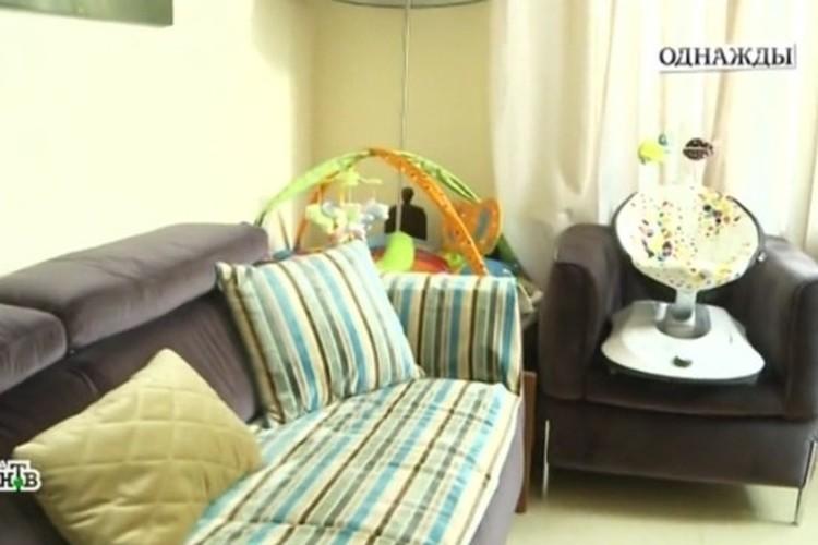 В доме повсюду стоят кроватки и разбросаны детские вещи. Фото: кадр программы.