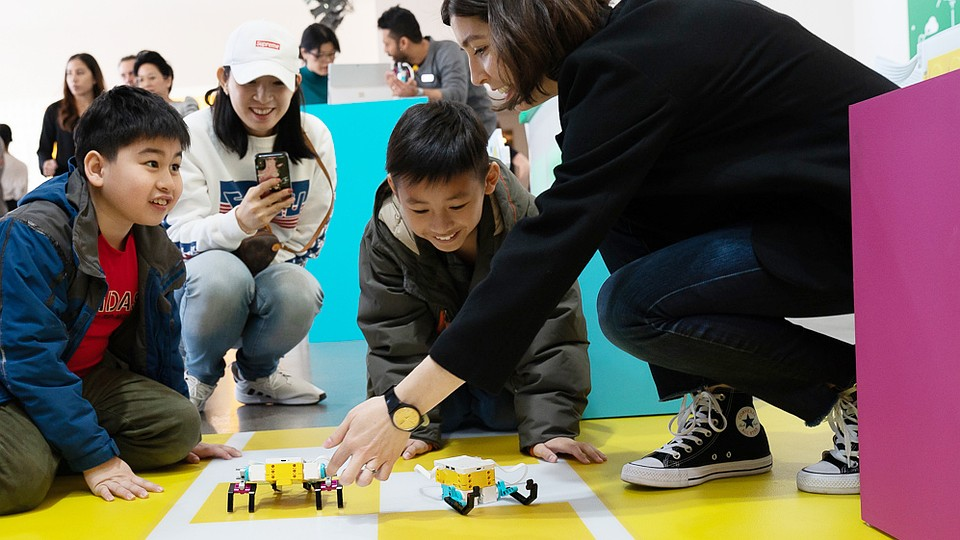 Комплекты LEGO Education позволяют вовлекать в учебный процесс всех учеников. Фото: LEGO