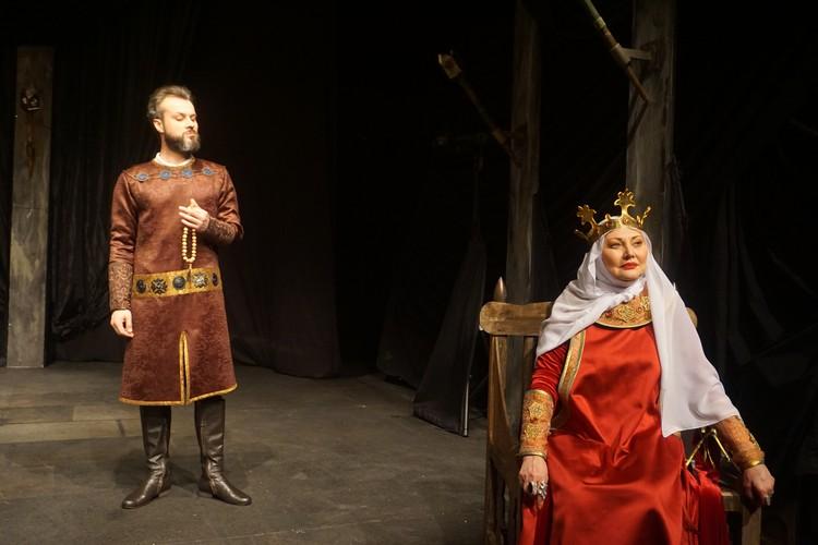 В постановке использованы костюмы и оружие, стилизованные под исторические.