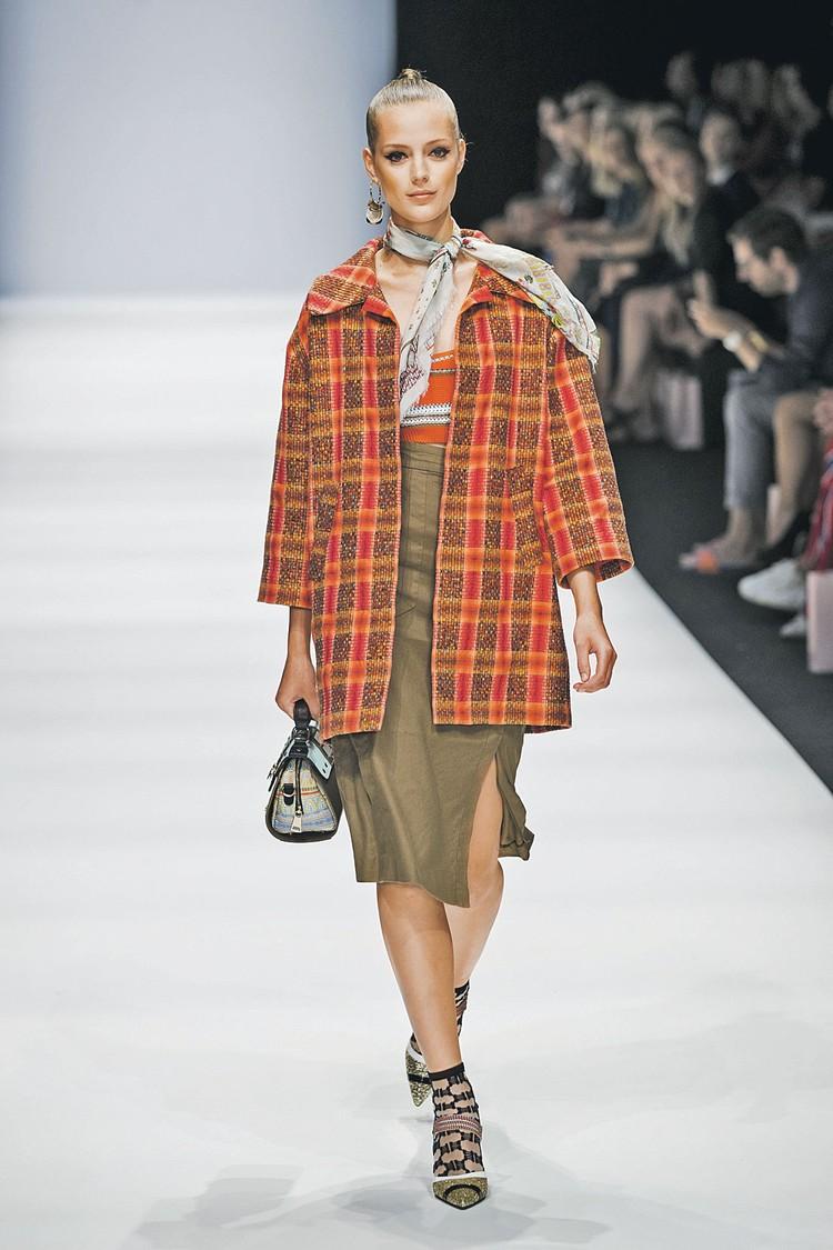 Пальто в клетку, похожее на пончо, можно смело носить этой весной.