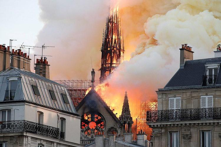 В результате пожара рухнул шпиль и обвалилась крыша собора