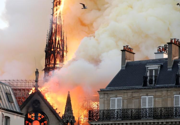 Огонь охватил крышу собора за считанные минуты, не оставив пожарным шансов.