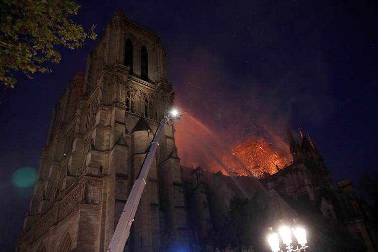 """Использовать вертолеты, как """"рекомендовал"""" Трамп, пожарные не могли - это повредило бы оставшимся частям собора"""