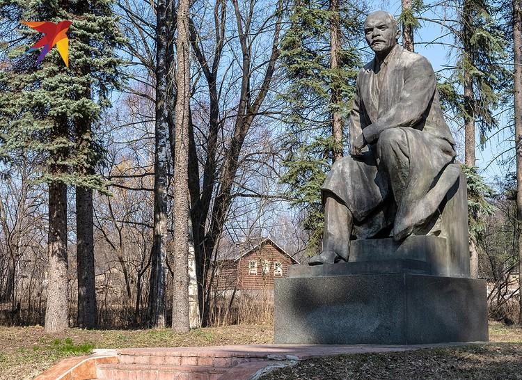 """Памятник Ленину в """"Горках""""."""
