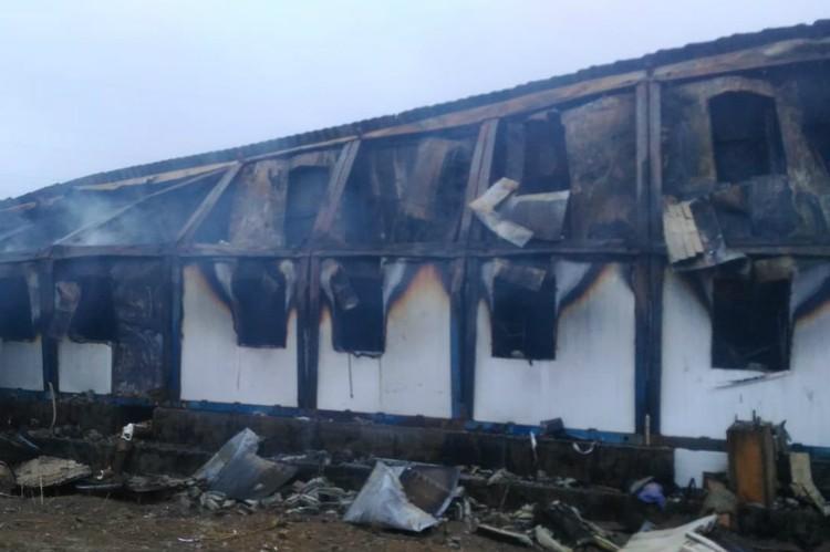 Пожарные боролись с огнем и после рассвета