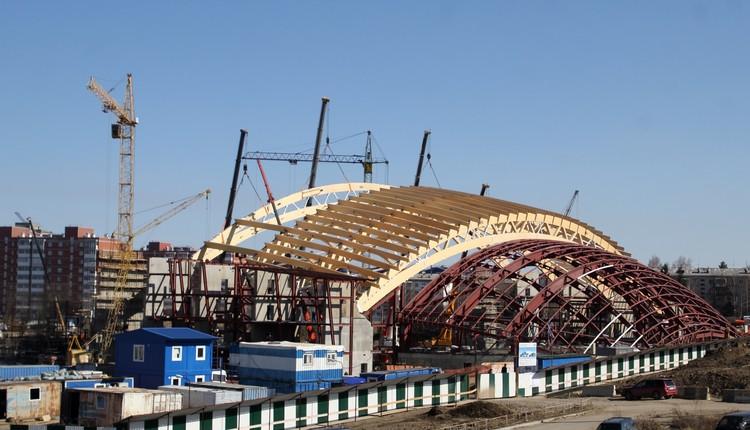 Строители уже установили четыре деревянные арки купола арены.