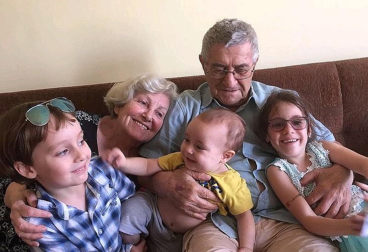 Сестра актрисы Софья Шегельман с мужем и правнуками. Фото из личного архива