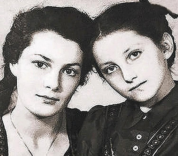 Элина Быстрицкая (слева) с сестрой Софьей. Фото из семейного архива