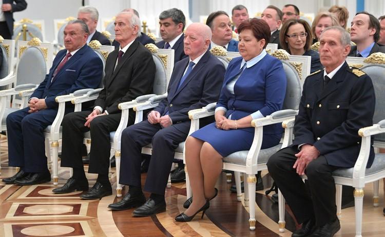 Начало церемонии вручения золотых медалей Героев Труда России (Сергей Антонов крайний справа). Фото: пресс-служба Кремля
