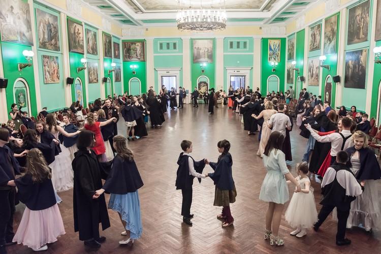 Педагоги давали ребятам уроки танцев, поэтому вальсировали они не хуже, чем на светских балах. Фото: Ирина Иванова
